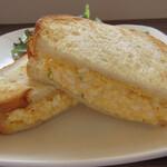 カフェ ハチ - たっぷりタマゴのトーストサンド接写
