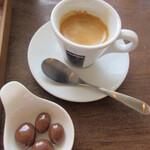 カフェ ハチ - エスプレッソとお菓子