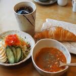珈琲家 香蔵 - アイスコーヒー\450のクロワッサン+サラダ大(+\130-)