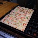 たこ坊 - 焼きの過程、最後に散らす桜海老がキレイです