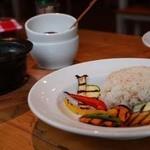 ボンダイカフェヨヨギビーチパーク - 壺いり野菜カレー