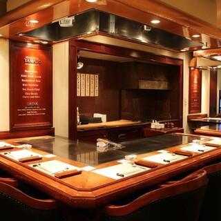 上質な寛ぎ空間。調理風景を望みながら五感で味わうひとときを