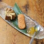 高知酒場103 - カマンベールチーズの藁焼きとミレービスケット