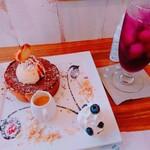 shou shou la vie - 料理写真:アフォガードフレンチトースト(税込¥1155)としそジュース(セットで¥400)。  食べ方さえ間違えなければ…