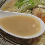 銀の月 天神店隠れ家 - スープは奥にニンニク風味が効いた味噌味です。濃厚さを物語る驚きの粘度。