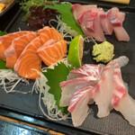140161920 - お刺身おまかせ三点 ¥1,200別                       (時計回りで)ブリ、サーモン、鯛