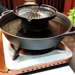 140172048 - 上部が焼肉、下部がしゃぶしゃぶ。ジンギスカン鍋の要領。