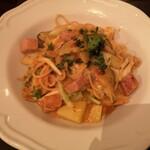 グランパ - ボローニャソーセージと7種野菜のモッツァレラチーズ入り辛味トマトクリームソース