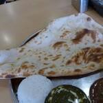 インド・ネパール料理 ヒマラヤ - 大きなナン