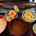 炭火焼専門食処 白銀屋 - サーモンハラス定食 830円 +小鉢2品