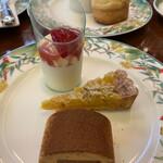 崎陽軒本店 アボリータム - 上段〜苺のパンナコッタ    キャラメルとマロンのケーキ    金時芋のタルト
