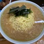 140218712 - 「ジャンボラーメン」上から。スープは醤油ベースの豚骨スープ。味は、油っこくなくあっさり系。醤油の味わいも思いの外に強くはなく、これを酒を呑んでの上がりに戴けたら、さぞや旨かろうと言う味わいだ。