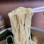140218722 - 「ジャンボラーメン」麺リフト。つるつるもちもちの中太麺は、スープとの親和性が高い。『酒井製麺』ならではと言おうか、スープの吸い上げが殊の外に素晴らしく、麺肌にスープが纏わり付くかのような印象なのだ。