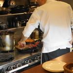 俺のイタリアン marche - 2012.7 カウンターの目の前に厨房があります
