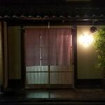 140226393 - 京町屋が建ち並ぶ風情ある通り、風格というよりも趣を醸し出すと言うべき門構え