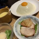 TSUKUMO食堂 - どんぶり定食1300円  純白ドームのチーズキーマカレー