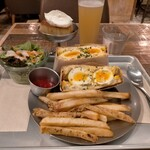 egg baby cafe - 半熟タマゴのサンドイッチ900円、日替わりビール550円、プリン450円