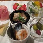 ソラカラ アクア ミネラーレ - 7種が盛り合わされた「おまかせ前菜」は、その彩りの素晴らしさに見とれてしまうほどです。