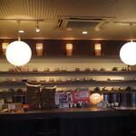 六古窯 - カウンターには様々なコーヒーカップ
