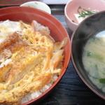 すし松 - ランチメニューのひとつ、カツ丼(570円)激ウマ!いつもこればかりです・・・。味噌汁がたっぷりなのも、嬉しいです。小鉢が豆腐の日は特に得した気分♪