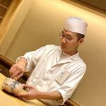Kiyama - 丁寧に抹茶を点てる木山さん。