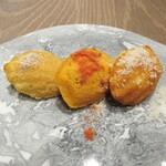 Reglisse - アミューズのマドレーヌサレ。一番左の椎茸のパウダーがかかったものが一番良かった。これを美味しいと思えるのも日本人ならでは?