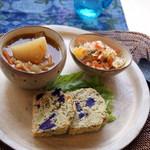 カフェ 美音 - 野菜をたっぷり使ったスープとサクレ、サラダが入ったスーププレート