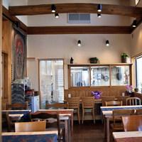 カフェ 美音 - 開放感のある高い天井でゆったりと過ごせます