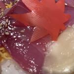 140288681 - 「ワンコインランチ〔縁特製 ワラサの塩ダレ丼〕」「ライス大盛」接写。振り掛けられている塩ダレは、焼肉のタレのような味わいなのだが、これが、実にワラサの食感ととよく合う。目から鱗が落ちる思いであった。