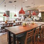 チャウダーズ カフェ - 昼間は、ガラス越しから陽のひかりが降り注ぎ、明るい店内。