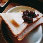 青山文庫 - トーストに小豆とバターをのせて