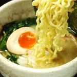 青山 鶏味座 - 丸鶏から煮出したスープと自家製卵麺でつくる「鶏らーめん」