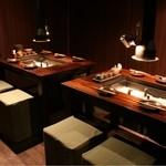青山 鶏味座 - 半個室のテーブル席