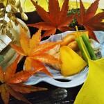 Ginzayoshizawa - 八寸 香住蟹と春菊と白舞茸のおひたし 秋鯖と菊おろし 牡蠣と柿