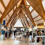 140335550 - 【2020年09月】北欧の風 道の駅とうべつ、の館内。手前共有テーブルは仕切板も完備。