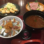 Marusasuisan - 根室サンマ丼1320円。(サンマ丼、味噌汁、漬物)