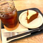 ジ・アザーサイド・コーヒー - 水出しコーヒーとキャロットケーキ