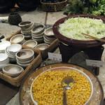14034886 - 三角の卓に色々並ぶ料理