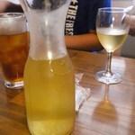 炭火焼鳥 風 - ドリンク写真:デキャンター白ワイン