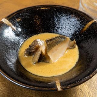 寿司のみならず、侮れない一品料理。名物トロたくウニは絶品です