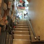 万よし食堂 - 3階トイレ前から2階を見る