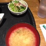 藁焼きと四国料理88屋 - サラダと味噌汁