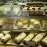 サン・ドミニック - ケーキ棚の一部。 ぼやけて見えづらくなりすみません。