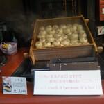 菓匠右門 - 店頭で蒸したて熱々の「いも恋」1つ180円