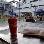 Sky View Food Court - デッキと芝生。