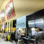 あじ平ラーメン - 如何にも町中華厨房カウンター!ルージャンとは中国の肉味噌っぽいですね。