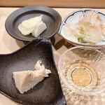 鮨處つの田 - 毛蟹・白菜漬けと削りたての鰹節・大根のお新香と長芋のわさび漬け