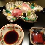 HANA吉兆 - 造里 鯛とトロ 菊文様の骨董品のお皿