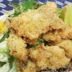 おふくわけ - カキフライ近影 小粒の一口牡蠣が山盛りサラダの上に山盛り! サラダドレッシングがノンオイル鰹風味さらさら系だから野菜に絡まず物足りない
