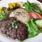 RUSTIC BARN - 「ハンバーグプレート」は、手ごねの堅いハンバーグを中心に、サラダとライスが盛り付けられています。
